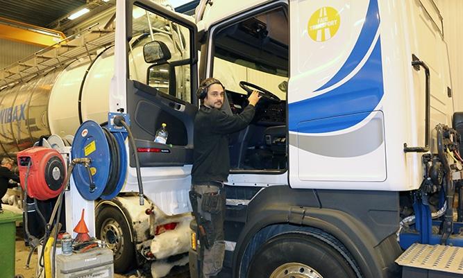 Här ser ni Joakim Berglund, mekaniker i Wibax fordonsverkstad som just har installerat en fordonsdator i en av Wibax tankbilar.